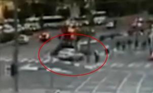 auto overrijd mensen op tramhalte in Jeruzalem