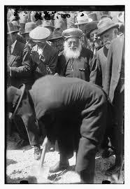 Churchill plant een boom bij de Hebreeuwse Universiteit in Jeruzalem (1921). Achter hem de opperrabbijnen van Israël.