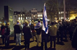 Likoed leden en anderen demonstreren getooid met Israelische vlaggen