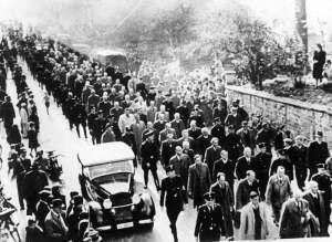 Joodse mannen worden afgevoerd na de Kristallnacht