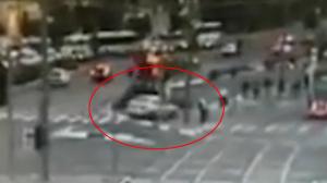 auto rijdt in op mensen op tramhalte in Jeruzalem