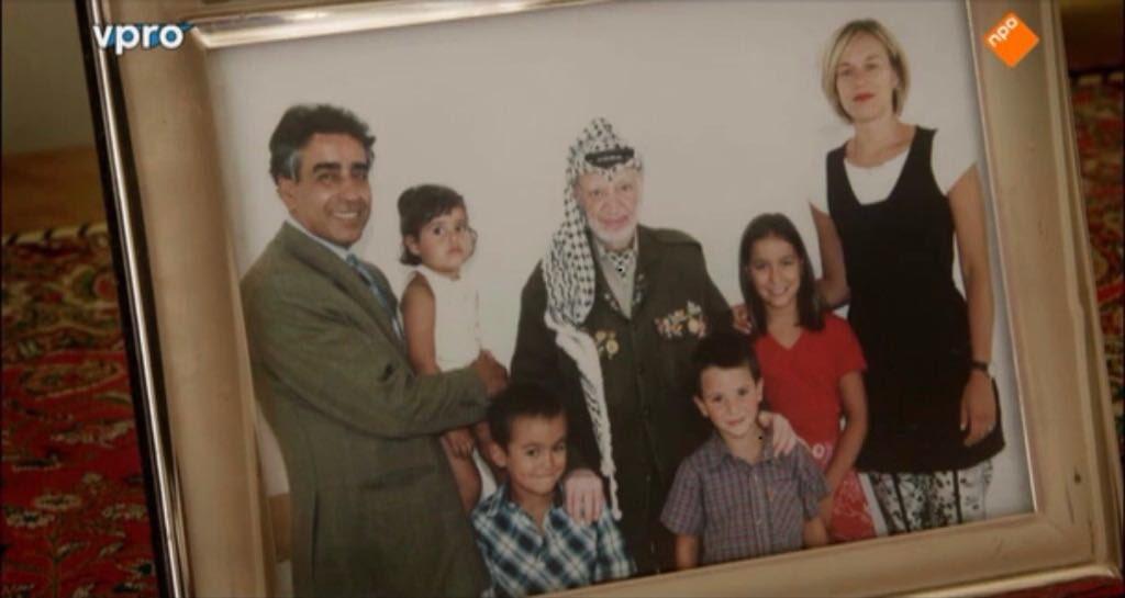 Het gezin Kaag op de foto met een goede vriend en massamoordenaar.